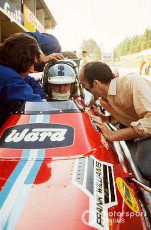 Piers Courage, Williams De Tomaso 505/38-Ford habla con el dueño del equipo, Frank Williams en los pits