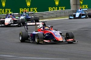 Lirim Zendeli, Trident, leads Igor Fraga, Charouz Racing System