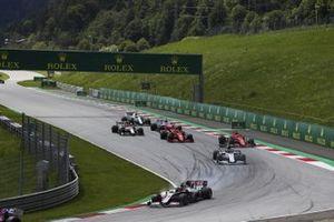Kevin Magnussen, Haas VF-20, devant Daniil Kvyat, AlphaTauri AT01, Charles Leclerc, Ferrari SF1000, et Sebastian Vettel, Ferrari SF1000