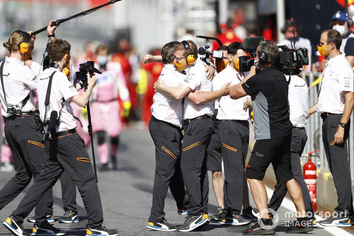 Zak Brown, Director Ejecutivo de McLaren, y Andreas Seidl, Director de Equipo de McLaren, celebran después de que Lando Norris, McLaren, subiera al podio