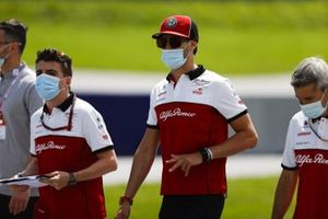 Антонио Джовинацци идет по «Ред Булл Рингу» вместе с сотрудниками команды Alfa Romeo