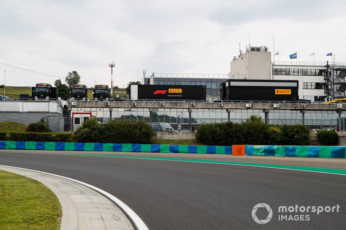 Los transportadores Pirelli en el paddock