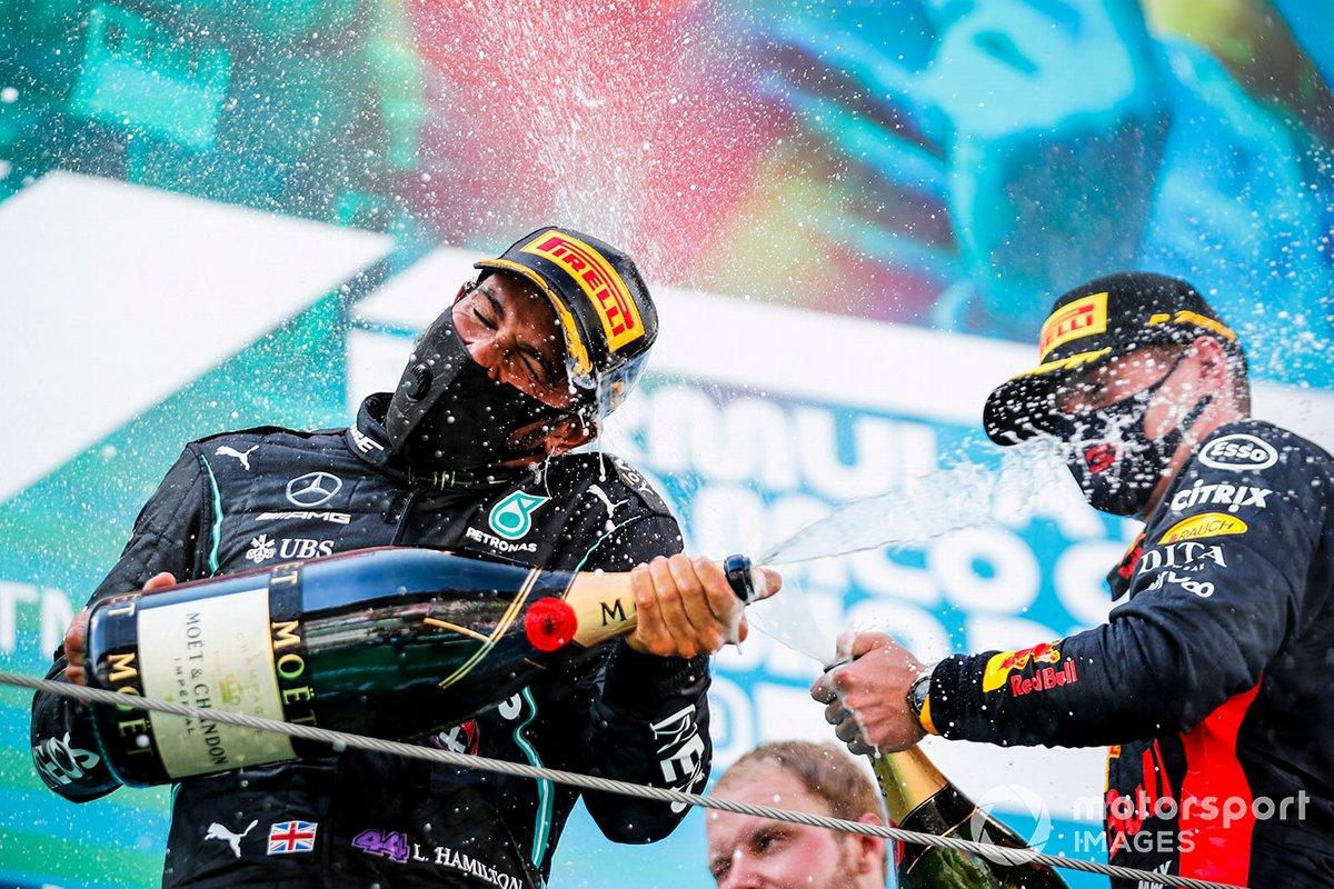 Il vincitore della gara Lewis Hamilton, Mercedes-AMG Petronas F1 e Max Verstappen, Red Bull Racing festeggiano sul podio