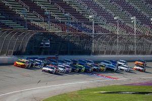 Joey Logano, Team Penske, Ford Mustang Shell Pennzoil and Denny Hamlin, Joe Gibbs Racing, Toyota Camry FedEx Ground green flag start