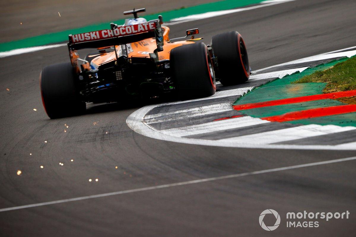 Scintille dal retotreno dell'auto di Carlos Sainz Jr., McLaren MCL35