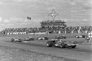 Jackie Stewart, March 701 Ford, Denny Hulme, McLaren M14A Ford, Jack Brabham, Brabham BT33 Ford, Pedro Rodriguez, BRM P153, Jacky Ickx, Ferrari 312B, y Jackie Oliver, BRM P153