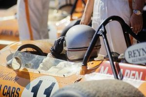 Bruce McLaren, McLaren M14A Ford in the pit lane