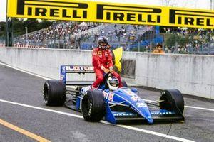 Stefan Johansson, Ligier JS31 Judd, gives Gerhard Berger, Ferrari a lift back to the pits