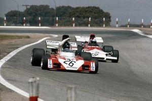 Andrea de Adamich, Surtees TS9B Ford indique quelque chose à Jean-Pierre Beltoise, BRM P160B behind
