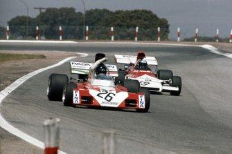 Andrea de Adamich, Surtees TS9B Ford señala a Jean-Pierre Beltoise, BRM P160B detrás