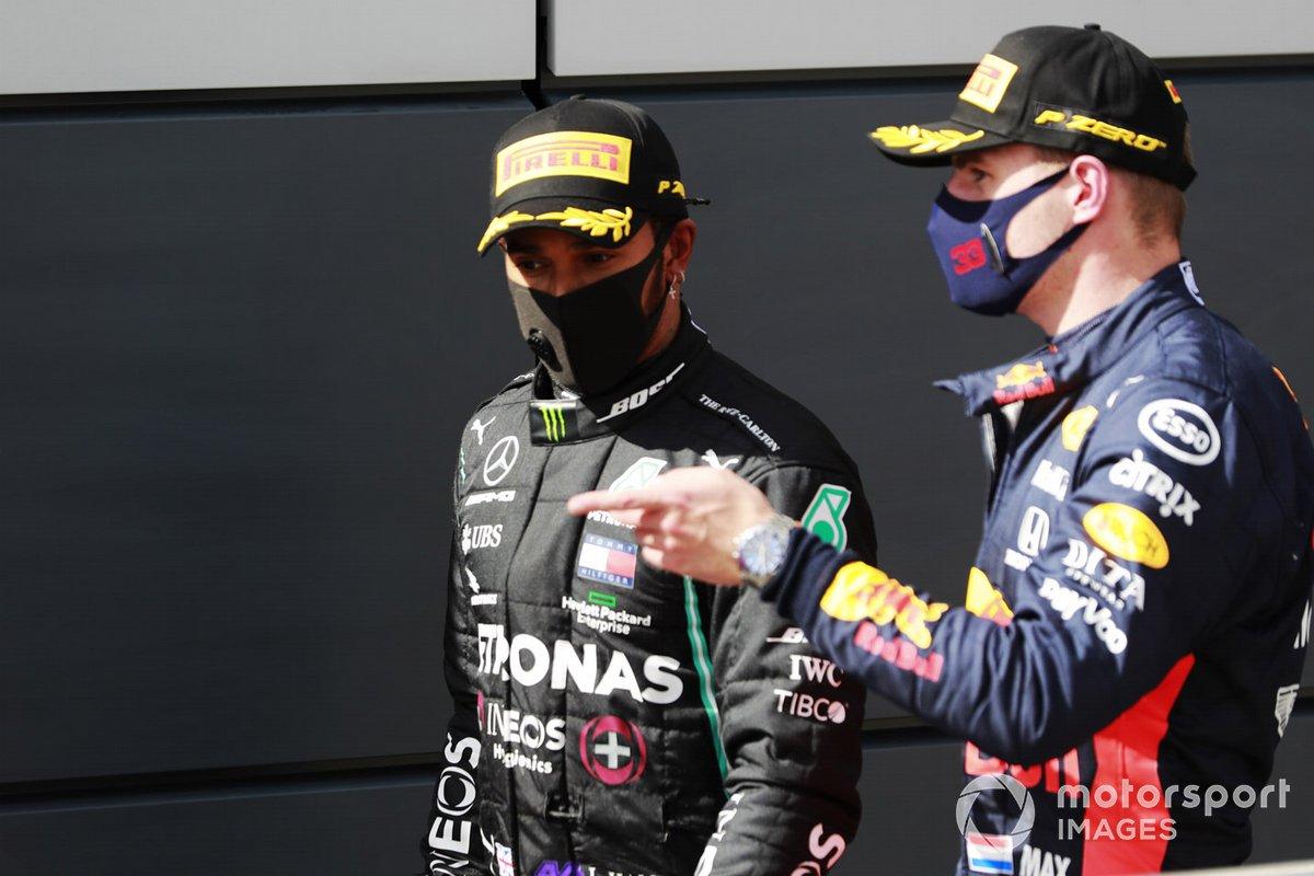 Lewis Hamilton, Mercedes-AMG F1, Primo posto, e Max Verstappen, Red Bull Racing, secondo posto, parlano dopo la gara