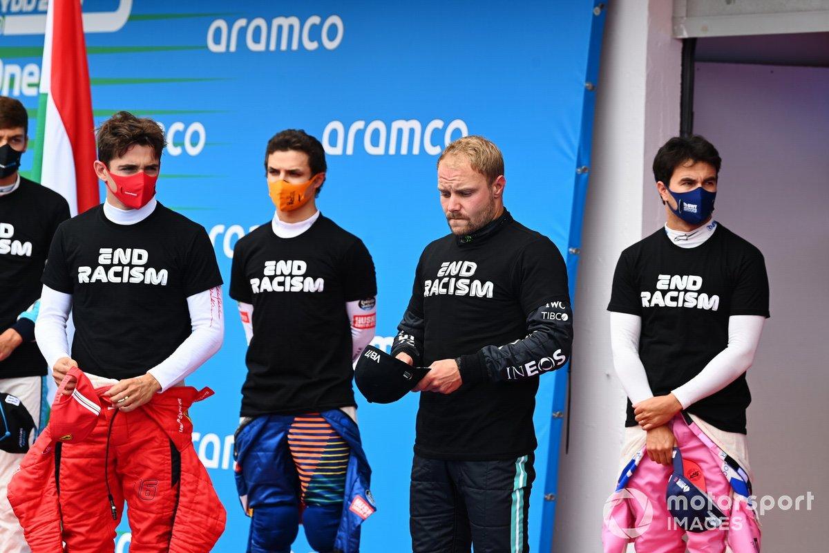 Charles Leclerc, Ferrari, Lando Norris, McLaren, Valtteri Bottas, Mercedes-AMG Petronas F1, Sergio Pérez, Racing Point, y los otros pilotos se reúnen alrededor de los trofeos antes del comienzo en apoyo de la campaña para el fin del racismo