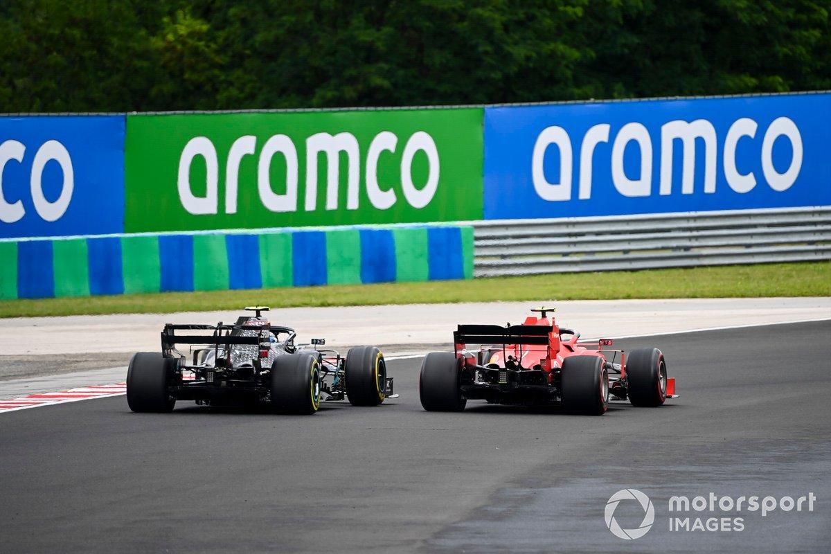 Charles Leclerc, Ferrari SF1000, pasa a Valtteri Bottas, Mercedes F1 W11