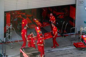 La Ferrari SF1000, di Sebastian Vettel in pit lane