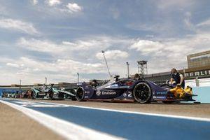 Mecánicos en el monoplaza de Sam Bird, Envision Virgin Racing, Audi e-tron FE06 en el pitlane