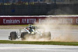 Esteban Ocon, Renault F1 Team R.S.20, kicks up some dust