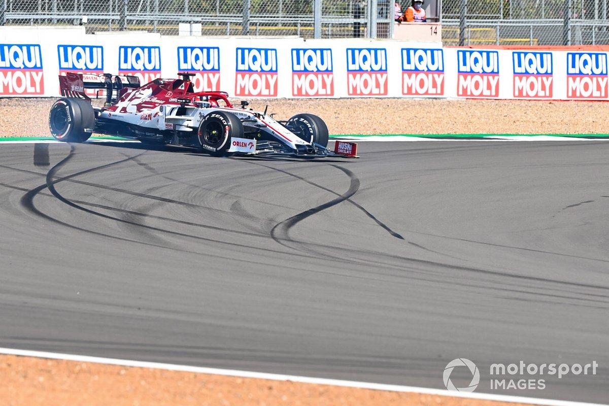 Kimi Raikkonen, Alfa Romeo Racing C39, torna in pista dopo il testacoda