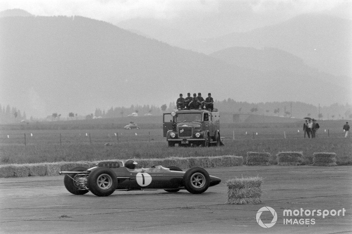 Сравнимая скорость была только у Кларка. К четвертому кругу шотландец на Lotus был уже восьмым, к седьмому – пятым