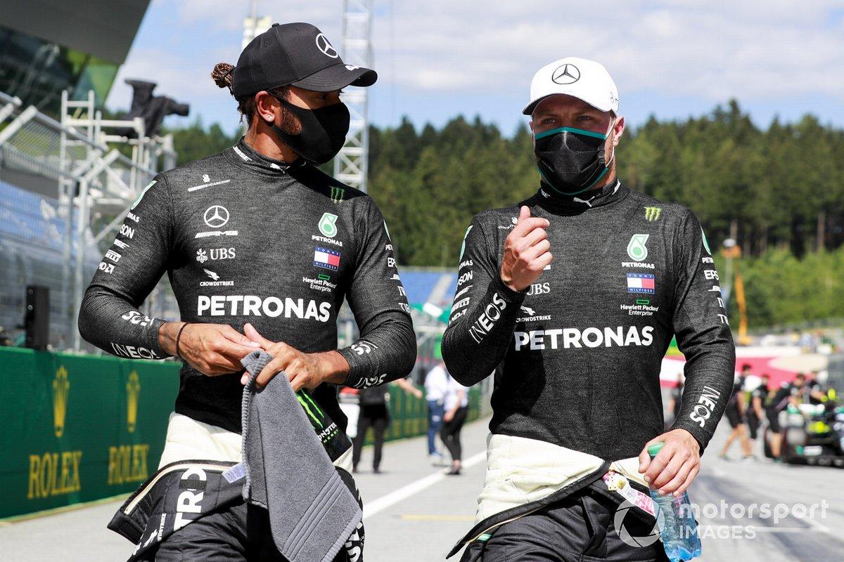 I titolari della prima fila Lewis Hamilton, Mercedes-AMG Petronas F1, e il poleman Valtteri Bottas, Mercedes-AMG Petronas F1, parlano dopo le qualifiche