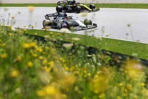 Daniil Kvyat, AlphaTauri AT01, precede Daniel Ricciardo, Renault F1 Team R.S.20
