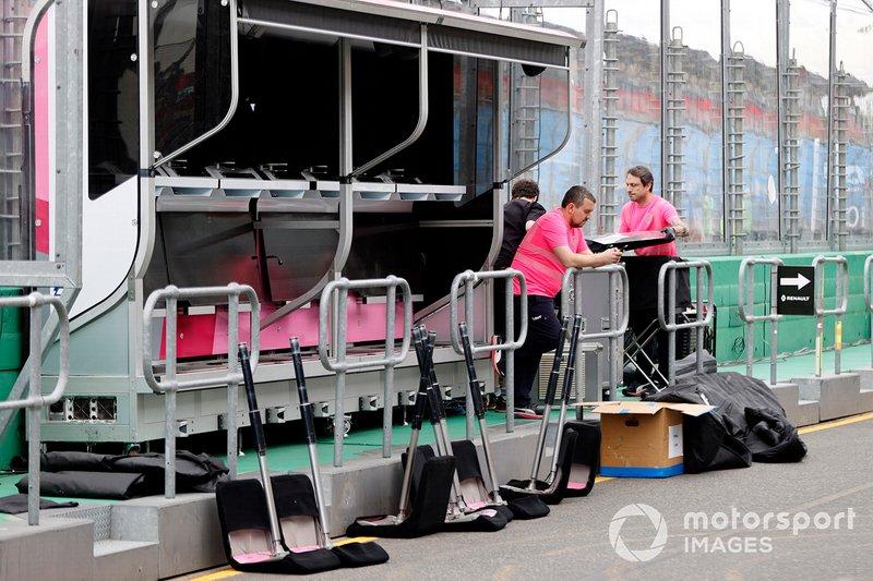 Il personale della Racing Point smonta l' equipaggiamento al muretto