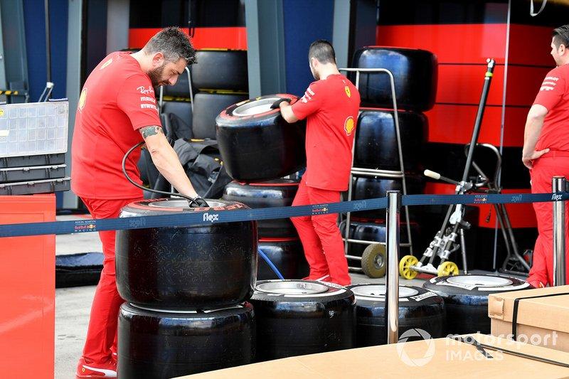 Mecánicos de Ferrari revisando las ruedas
