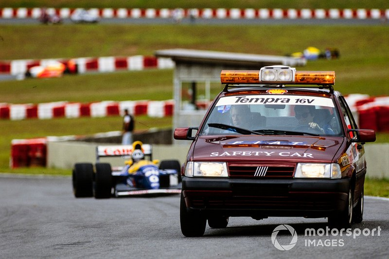 Le Safety Car, une Fiat Tempra 16V, devant Damon Hill, Williams FW15C Renault