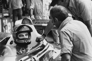 Niki Lauda,Ferrari 312T2 y Ermanno Cuoghi, jefe de mecánicos