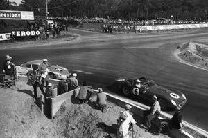 Olivier Gendebien, Phil Hill, Ferrari 330 TRI/LM, y Ben Pon, Carel Godin de Beaufort, Porsche 695 GS