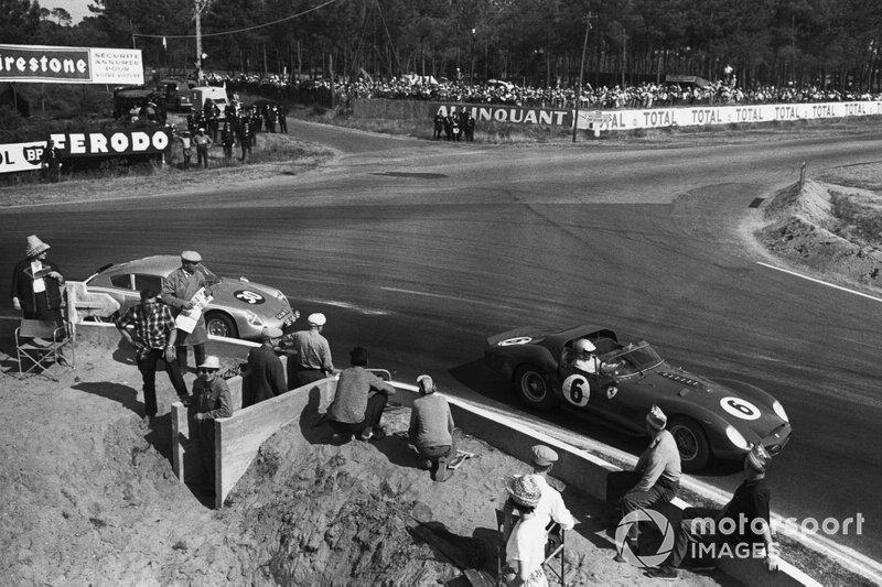 1962 Le Mans 24 Hours - Olivier Gendebien, Phil Hill, Ferrari 330 TRI/LM, leads Ben Pon, Carel Godin de Beaufort, Porsche 695 GS