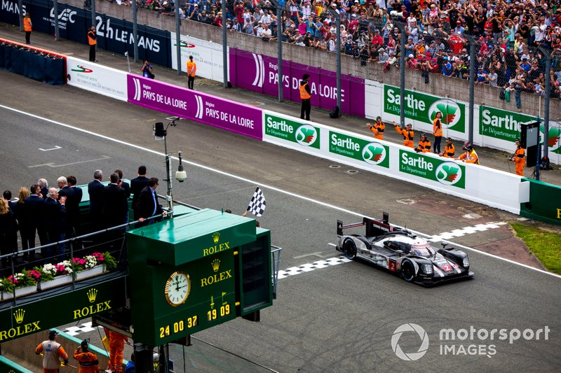 2016 Le Mans 24 Hours - Checkered flag for #2 Porsche Team Porsche 919 Hybrid: Romain Dumas, Neel Jani, Marc Lieb