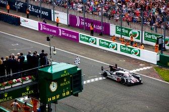 Bandera a cuadros para #2 Porsche Team Porsche 919 Hybrid: Romain Dumas, Neel Jani, Marc Lieb