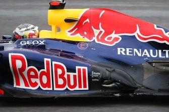 Sebastian Vettel, Red Bull Racing RB8 con daños tras su accidente de la primera vuelta