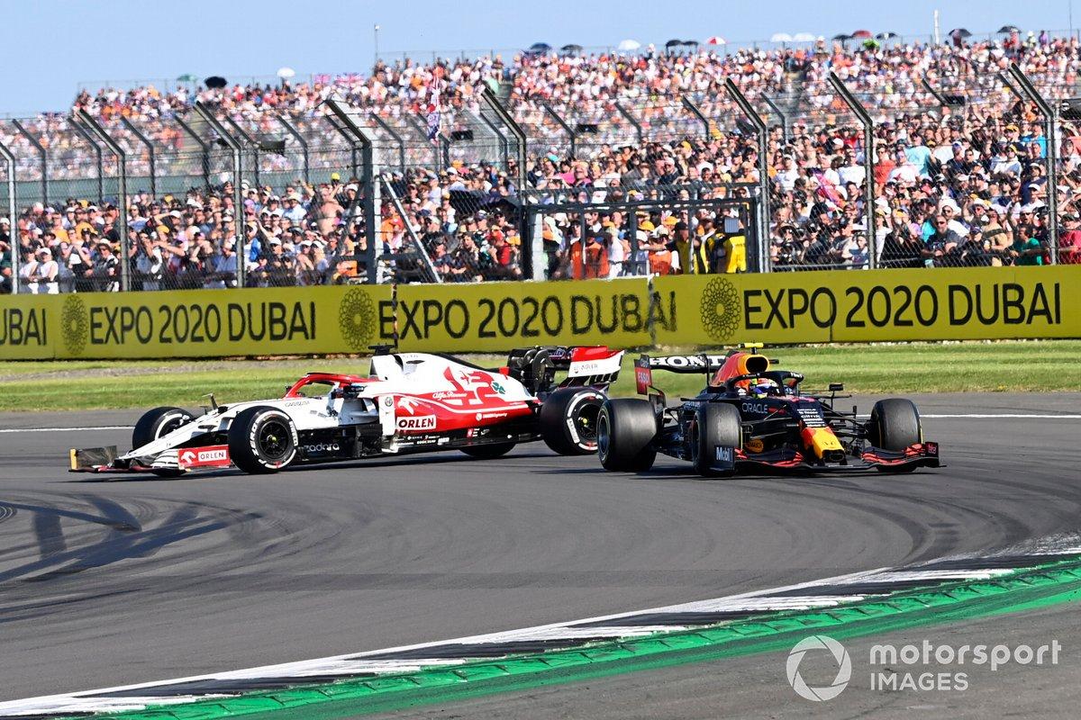 Kimi Raikkonen, Alfa Romeo Racing C41, hace un trompo después de hacer contacto con Sergio Pérez, Red Bull Racing RB16B