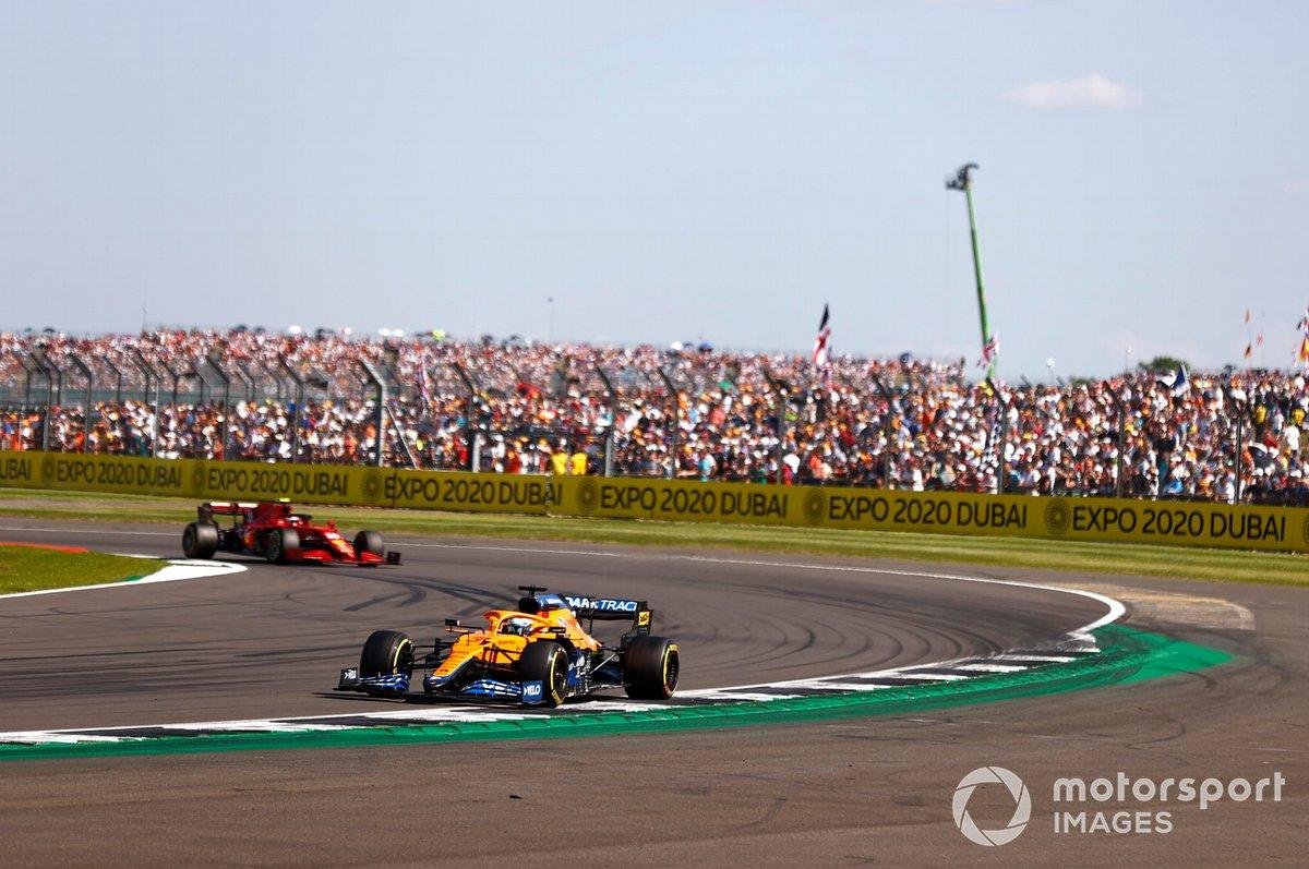 Daniel Ricciardo, McLaren MCL35M , Carlos Sainz Jr., Ferrari SF21