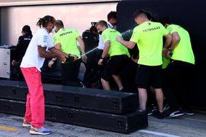 Lewis Hamilton, Mercedes, primera posición, celebra con champán y sus compañeros de equipo