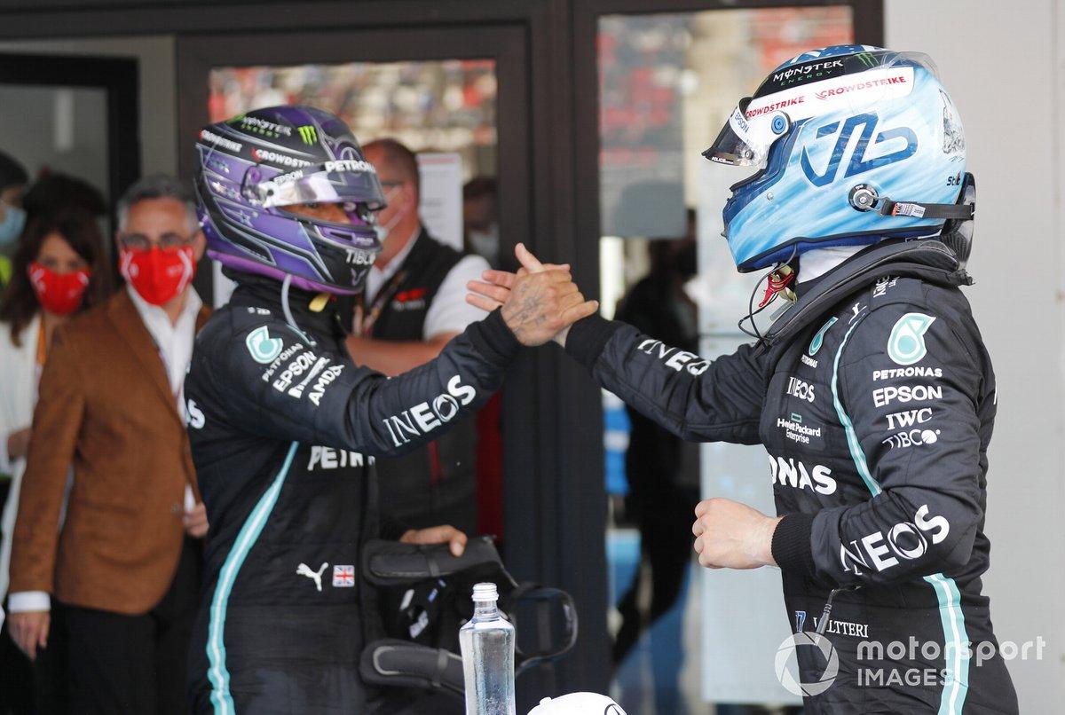 Valtteri Bottas, Mercedes, 3a posizione, si congratula con Lewis Hamilton, Mercedes, 1a posizione, nel Parc Ferme