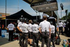 Patricio O'Ward, Arrow McLaren SP Chevrolet con miembros del equipo