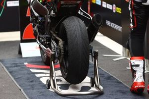 Le pneu intermédiaire de Jonathan Rea, Kawasaki Racing Team WorldSBK après la course