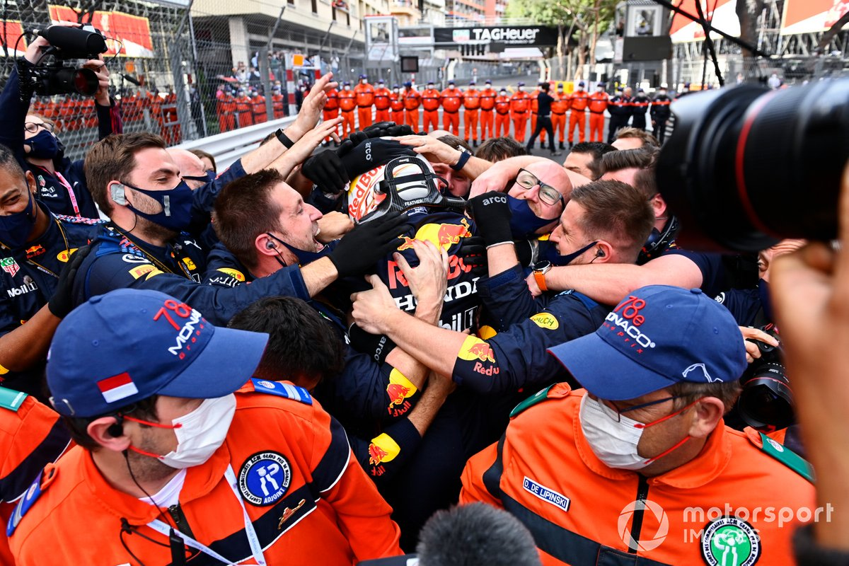 Ganador Max Verstappen, Red Bull Racing, celebra eco el equipo en Parc Ferme