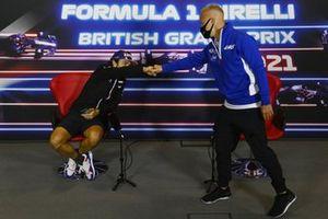 Fernando Alonso, Alpine F1, greets Nikita Mazepin, Haas F1, in the press conference