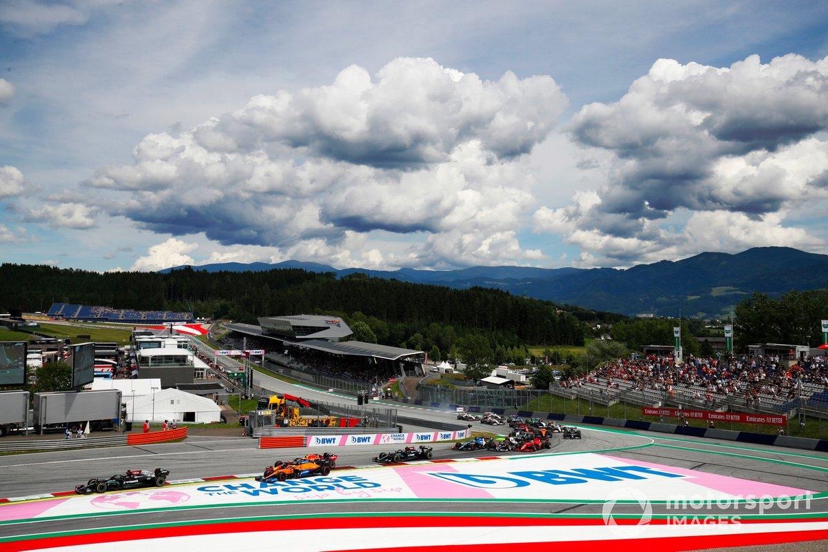 Lewis Hamilton, Mercedes W12, Lando Norris, McLaren MCL35M, Sergio Pérez, Red Bull Racing RB16B, Valtteri Bottas, Mercedes W12, y el resto del pelotón al inicio