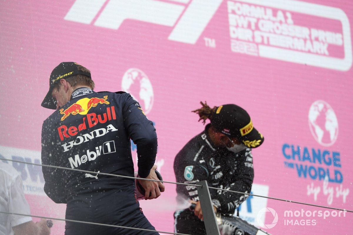 Podio: ganador de la carrera Max Verstappen, segundo lugar Lewis Hamilton, Mercedes