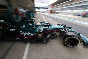 Sebastian Vettel, Aston Martin AMR21, verlaat de garage