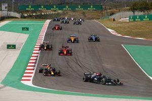 Lewis Hamilton, Mercedes W12, Max Verstappen, Red Bull Racing RB16B, Charles Leclerc, Ferrari SF21, Sergio Perez, Red Bull Racing RB16B, Lando Norris, McLaren MCL35M, Esteban Ocon, Alpine A521, en de rest van het veld tijdens de start