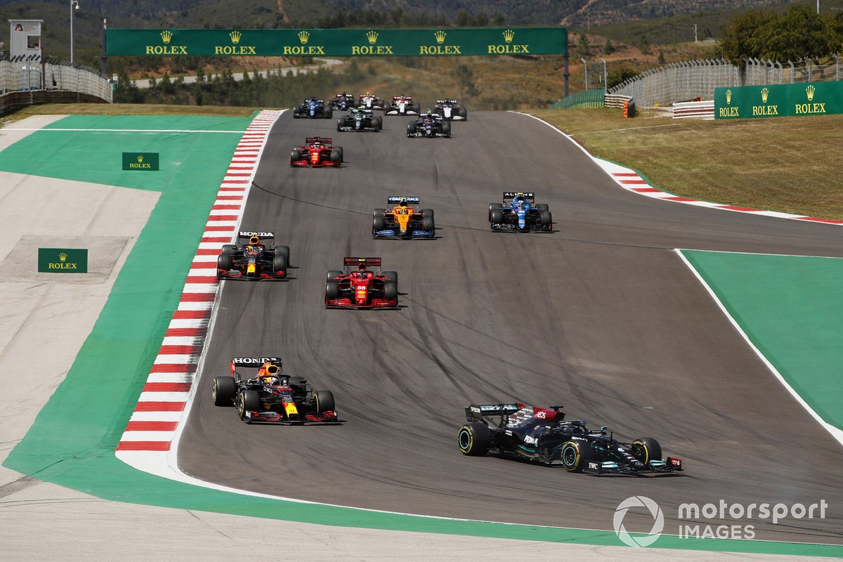 Lewis Hamilton, Mercedes W12, Max Verstappen, Red Bull Racing RB16B, Charles Leclerc, Ferrari SF21, Sergio Perez, Red Bull Racing RB16B, Lando Norris, McLaren MCL35M, Esteban Ocon, Alpine A521, al inicio