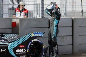 Sam Bird, Jaguar Racing, evalúa los daños después de estrellarse