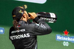 Lewis Hamilton, Mercedes, drinkt champagne op het podium