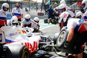 Mick Schumacher, Haas VF-21, makes a stop during FP2
