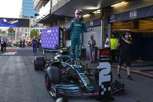Sebastian Vettel, Aston Martin, 2ª posición, celebra su llegada al Parc Ferme